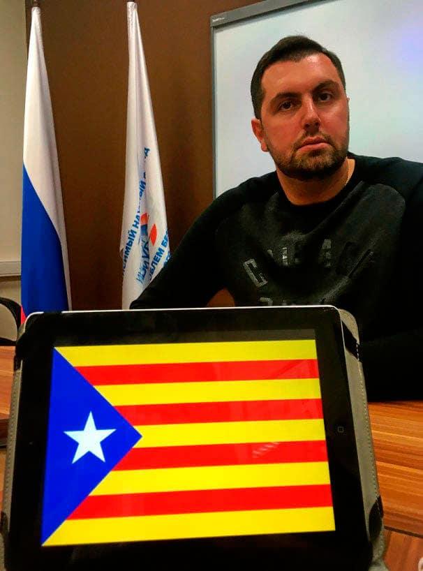 CON LA ESTELADA. Alexander Ionov, de 2,05 metros de altura, no tiene problemas en posar con la bandera independentista catalana. En su álbum personal acumula  imágenes con el venezolano Nicolás Maduro o el presidente sirio, Bashar Asad.